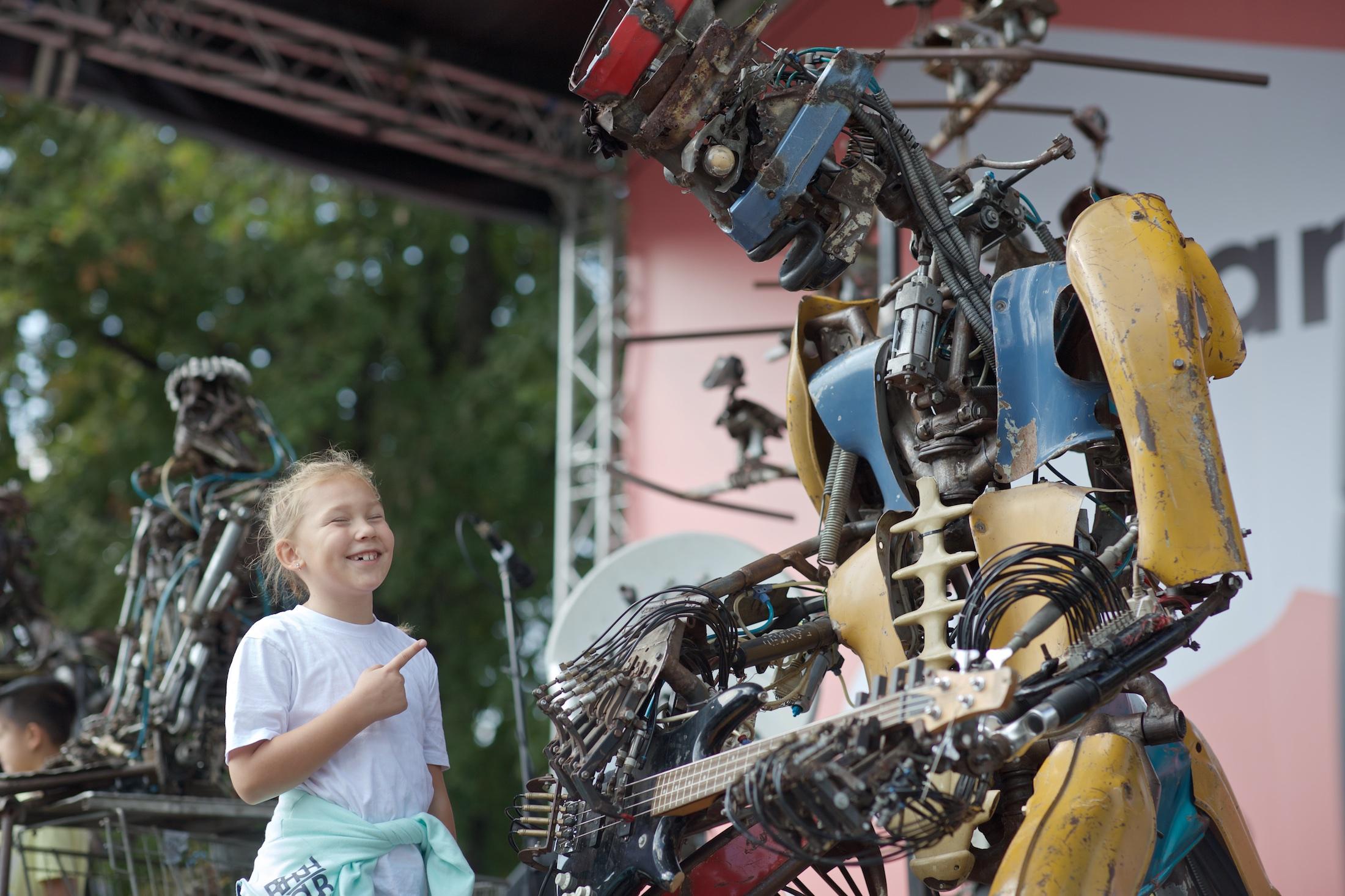 Панк-группа роботов и девочка