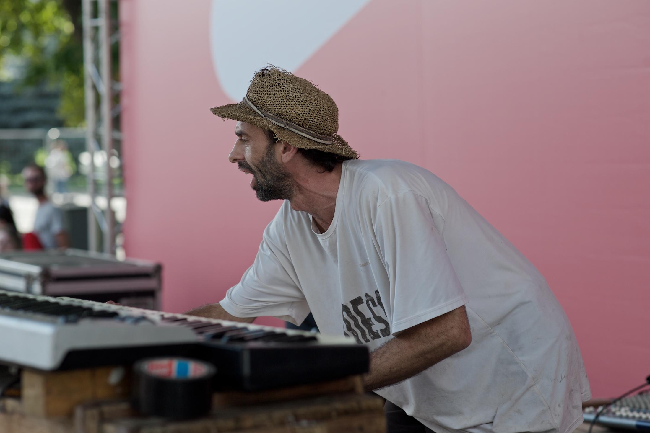 Cоздатель, немецкий скульптор Kolya Kugler, тоже на сцене, выполняет функции звукорежиссёра